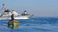 İşgal Güçleri Filistinli İki Balıkçıyı Gözaltına Aldı ve Teknelerine El Koydu