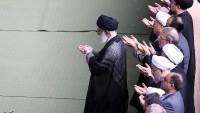 Foto:  İran Halkı İmam Seyyid Ali Hamanei'nin İmamlığında Bayram Namazı Kıldı.