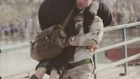 Foto: Iraklı Şii asker, Ambar'lı Sünni bir anneyi yürüyemediği için 50 derecelik sıcakta sırtlanmış götürüyor