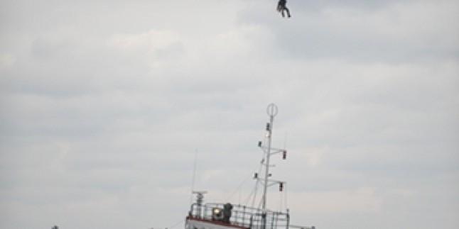 Yük gemisi yan yattı: 10 mürettebata ulaşılmaya çalışılıyor!