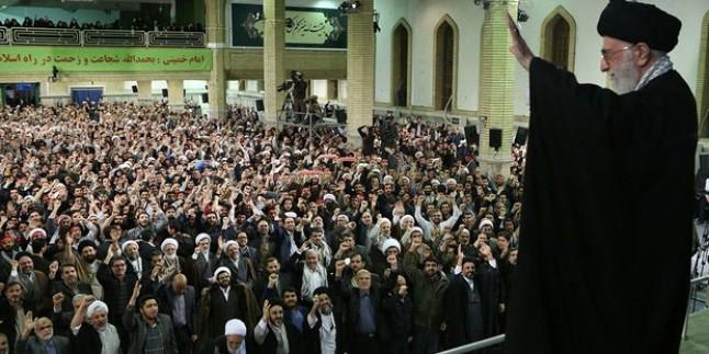İmam Ali Hamanei Kum halkından kalabalık bir gruba hitap etti