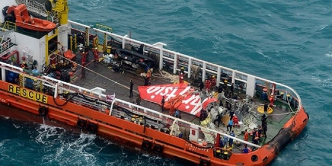 AirAsia Uçağının Gövde Kısmı Bulundu…