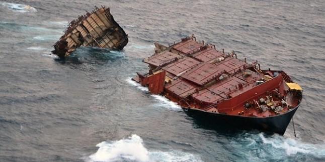 Vietnam'da Kargo Gemisi Battı…