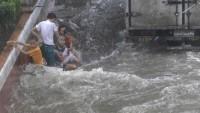 Filipinler'de Sel Can Aldı…