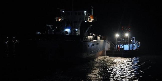 Yük gemisi karaya oturdu, beş mürettebat mahsur