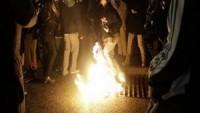 Ferguson'da ABD bayrağı yakıldı.