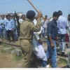 Hindistan'da Veliler polisle çatıştı, 20 veli gözaltına alındı.