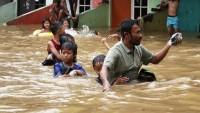 Endonezya'da bine yakın ev su altında kaldı
