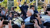 Zarif, Tahran'da kahraman gibi karşılandı.