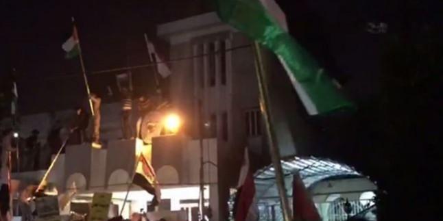 Irak halkı Bahreyn elçiliğine Filistin bayrağını astı