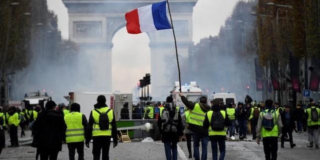 Fransa'da kargaşa sürüyor! AB bayrağı ateşe verildi
