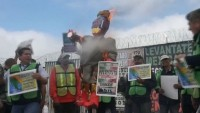 ABD sınırında Trump'ın heykeli ateşe verildi