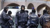 Almanya polisi, Müslümanların cami ve evlerini bastı