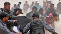 Siyonist askerler, Filistinli bir kız çocuğu darbetti