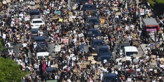 İngiliz Halkı, Amerika'nın ırkçılık karşıtı gösterilerine destek verdi