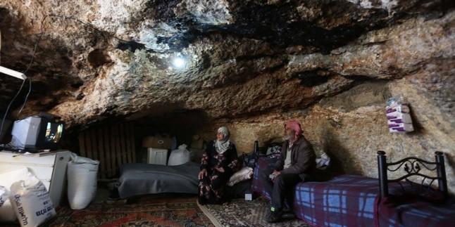 Tehcire direnen el-Mufekkara köyü sakinleri mağaralarda yaşıyor