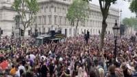 İngiltere'de korona virüs önlemlerine protesto