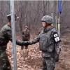 Kuzey Kore ile Güney Koreli askerler sınırda bir araya gelerek el sıkıştı