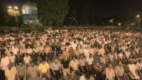 Dün Akşam 60 Bin Filistinli Mescidi Aksa'da Teravih Namazı Kıldı 
