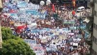 Arjantin'de on binlerce işçi Macri'yi protesto etti