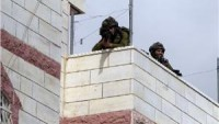 Siyonist İsrail güçleri, Filistinli ailenin evini askeri kışlaya çevirdi