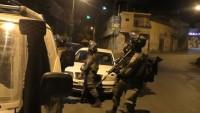 İşgalci İsrail Güçleri Batı Yaka'da 16 Filistinliyi Gözaltına Aldı