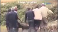 """Video: Davutoğlu'nun """"özel komandolar aldı"""" dediği şehit cenazelerini halkımızın kendi imkanlarıyla aldığı ortaya çıktı."""