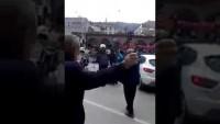 Video: Bursa'da Cumhurbaşkanının geçişi için Kapatılan yolda ambulans bile geçemeyince vatandaş isyan etti