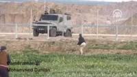 Video: İşte fedekarlık, işte kahramanlık… Filistinli yiğit kardeşimiz tek bacağıyla bile en ön saflarda durarak siyonizmle mücadelede geride durmayarak cesurca savaşıyor.