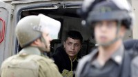 İşgal Güçleri El-Halil'in Batısında Filistinli Genci ve Annesini Gözaltına Aldı