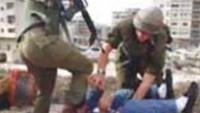 Siyonist İsrail Güçleri Filistinli Genci Öldüresiye Dövdü