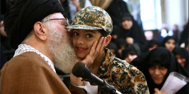 Foto: İmam Ali Hamaney, şehitlerin aileleriyle görüştü