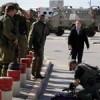 Siyonist işgal askerlerinden biri Batı Yaka'nın El-Halil şehrindeki askeri geçiş noktasında araçlı saldırıya uğradı