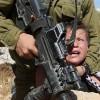 Siyonist İsrail askeri, kolu sargılı olan Filistinli bir çocuğu gözaltına almak istedi