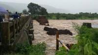Hindistan'da köprü çöktü