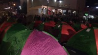 Kosova Halkı Geceyi Sokakta Geçirdi