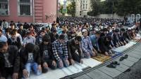 Moskova'da bayram namazı sokaklara taştı