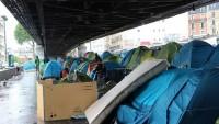 Paris'te, 350 kadar göçmenin köprünün altında kurduğu kamp tahliye edildi