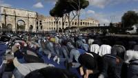 Roma'da Müslümanlar, protesto amacıyla dev Kolezyum'un önünde namaz kıldı