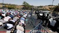 Mescid-i Aksa'da Barikatlar Önünde Cuma Namazı