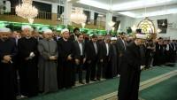Foto: Suriye'de Düzenlenen Tekfirci Teröre Karşı Uluslararası Medya Konferansının Katılımcıları Cuma Namazını Şii-Sünni Birlikte Kivan Camiinde Kıldı