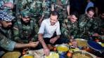 Foto: Suriye Devlet Başkanı Beşar Esad, cephe hattında askerlerle iftar yaparken