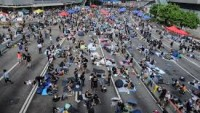 Hong Kong'da göstericilere karşı kuvvetlendirilmiş biber gazı