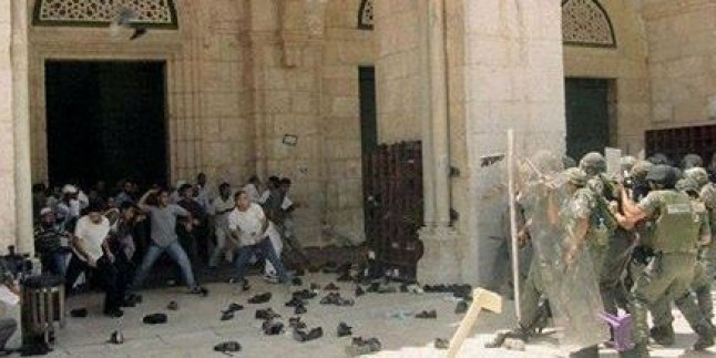 Bir avuç siyonist yerleşimci Mescid-i Aksa'ya saldırdı