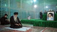 Foto- Gül Devrimi Yaklaşırken, İmam Ali Hamaney, Rahmetli İmam Humeyni'nin Türbesini Ziyaret Etti