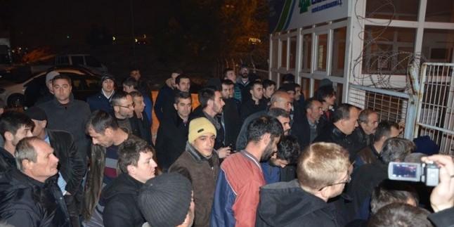 Elektriksiz kalan köylüler UEDAŞ binasını bastı.