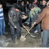 Şam İbn Asakir Semt Ahalisi, Elektrik Şebekelerini Onaran İşçilere Yardım Ediyor
