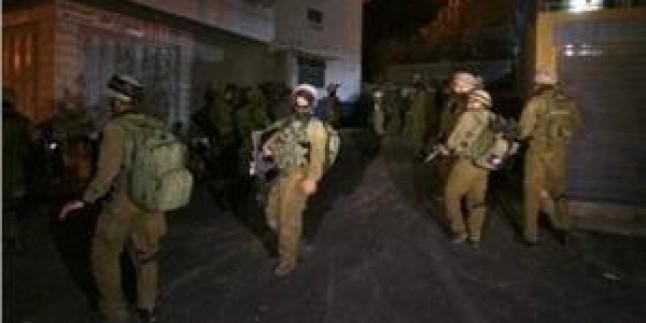 İşgal Güçleri El-Halil'e Baskın Düzenledi ve Es-Semu'da Bir Genci Gözaltına Aldı