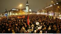 """Almanya'da """"İslam Karşıtı Yürüyüşe"""" Binlerce Muhalif Toplandı. Yürüyüş İptal Edildi."""