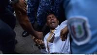 Maldivler'in eski lideri yerde sürüklenerek mahkemeye götürüldü…